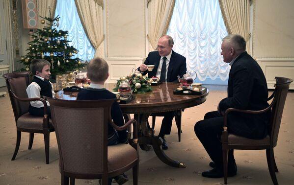 Владимир Путин во время встречи с Артёмом Пальяновым из Ленинградской области. 15 декабря 2018