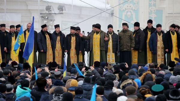 Священнослужители и верующие на объединительном соборе на Софийской площади в Киеве. 15 декабря 2018