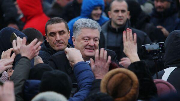 Президент Украины Петр Порошенко и верующие на объединительном соборе на Софийской площади в Киеве