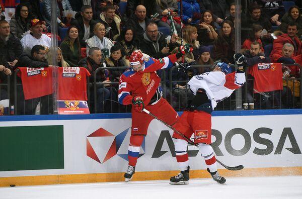 Защитник сборной России Андрей Педан (слева)