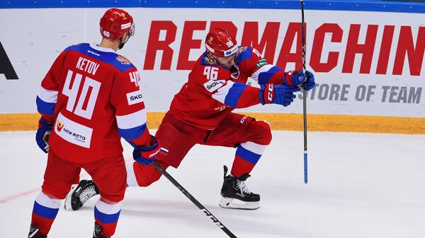 Хоккеисты сборной России Евгений Кетов и  Андрей Кузьменко (слева направо) радуются заброшенной шайбе