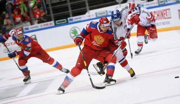 Нападающий сборной России Илья Каблуков и форвард сборной Чехии Петр Заморски (слева направо)