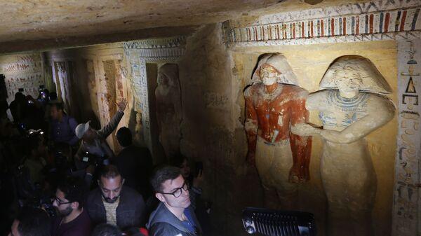 Осмотр недавно обнаруженной гробницы в Египете. 15 декабря 2018