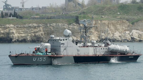 Ракетный катер Прилуки (U153) военно-морских сил Украины уходит из Севастополя