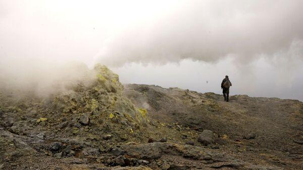 Действующая фумарола на вулкане Менделеева но острове Кунашир
