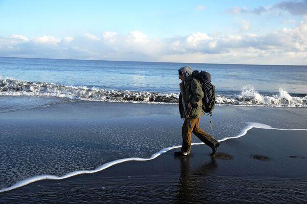 Турист на побережье Тихого океана