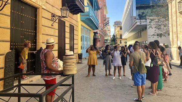 Туристы делают фото, Гавана, Куба