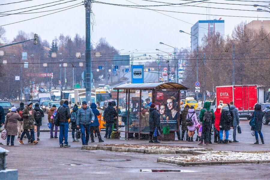 Люди на улице Профсоюзная