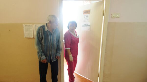 Медсестра Шимской центральной районной больницы вызывает пациента на прием