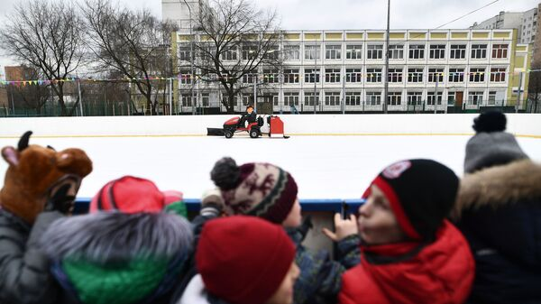 Заливка льда на муниципальном катке в московском районе Марьино.