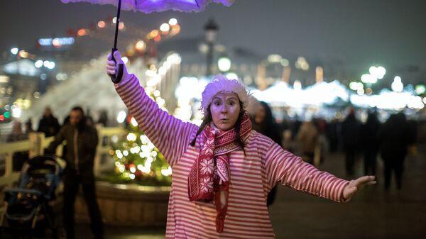 Участница фестиваля Путешествие в Рождество на площади Революции в Москве