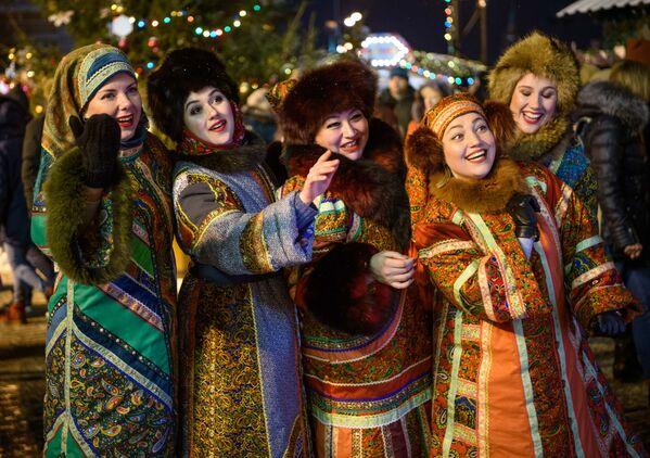 Женщины в национальных костюмах на рождественской ярмарке в Москве