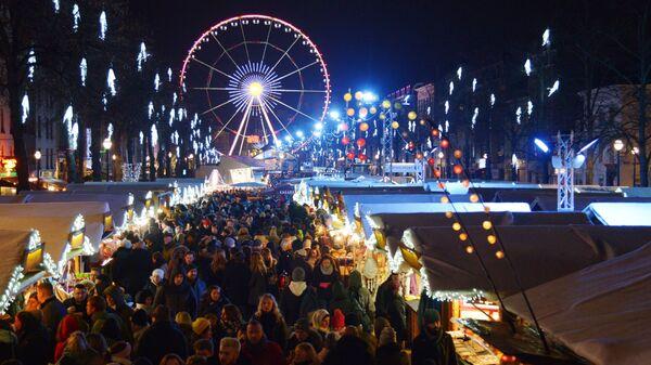 Люди на рождественской ярмарке на одной из улиц Брюсселя