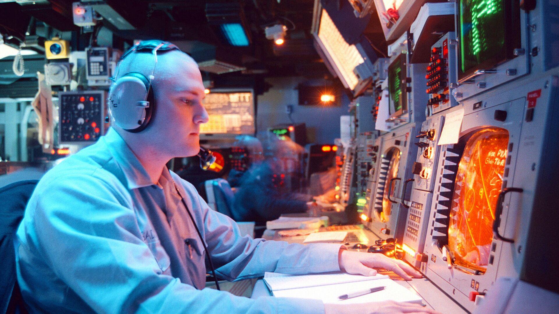 Панель управления системой Aegis на борту ракетного крейсера типа Тикондерога USS Normandy ВМС США - РИА Новости, 1920, 03.09.2020