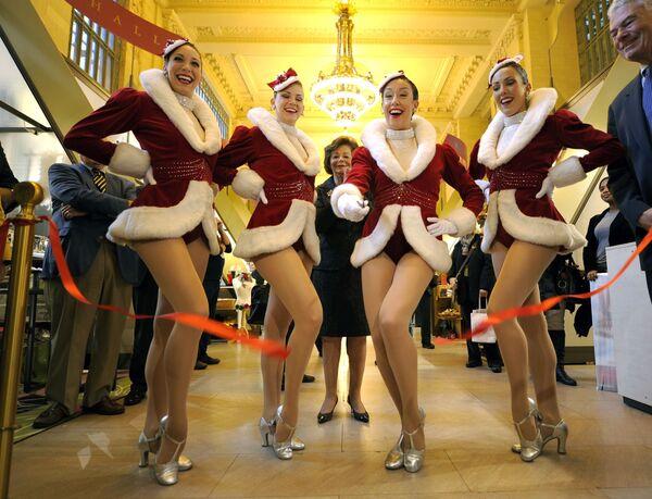 Девушки из Radio City Rockettes на открытии выставки Grand Central Terminal в Нью-Йорке