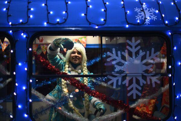 Снегурочка в салоне новогоднего трамвая