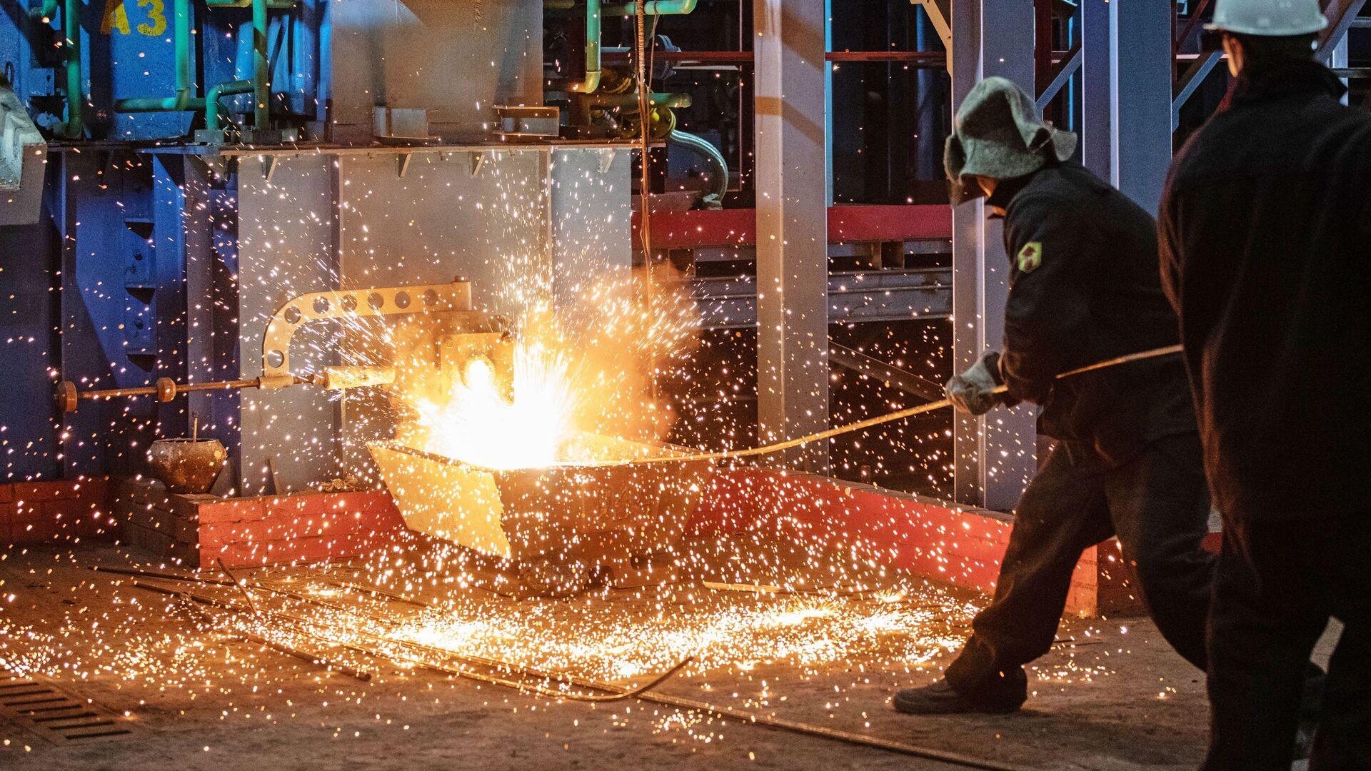 Рабочие у первой пилотной металлургической печи для выплавки чугуна из отходов металлургии в Мценске - РИА Новости, 1920, 22.04.2021