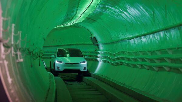 Автомобиль Tesla Model X в подземном туннеле под Лос-Анджелесом