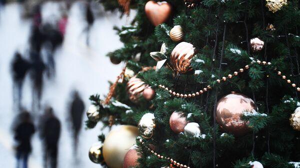 Елочные украшения на новогодней елке в Москве
