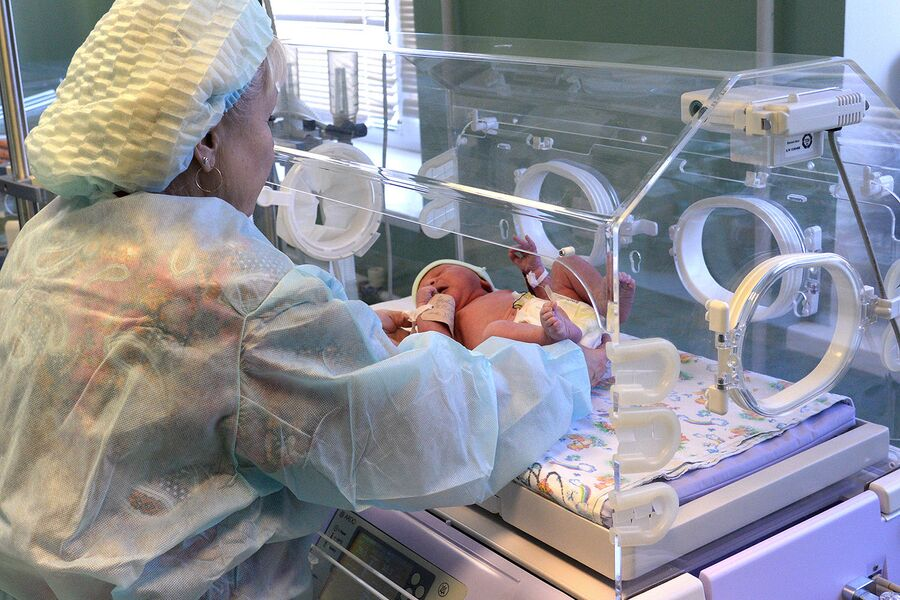 Медицинский работник и младенец в перинатальном центре