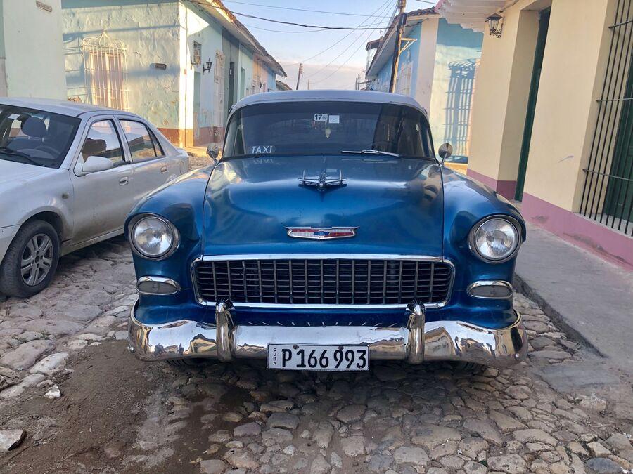 Автомобиль на одной из улиц Тринидада, Куба