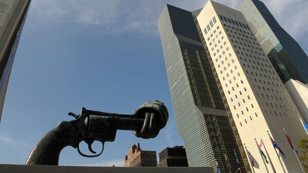 Пятиметровый бронзовый револьвер с завязанным в узел дулом (скульптор Карл Рейтерсверд) перед фасадом здания ООН в Нью-Йорке