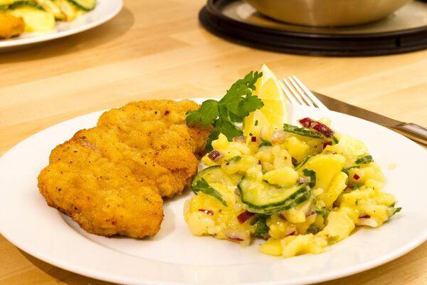 Венский шницель и картофельный салат