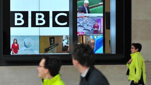 Трансляция программы канала BBC на телеэкране в Лондоне, Великобритания
