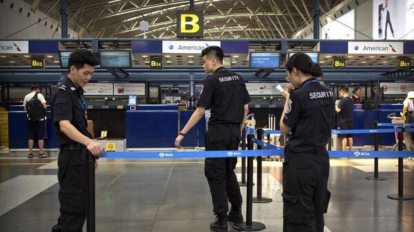 Сотрудники службы безопасности в международном аэропорту Пекина, КНР