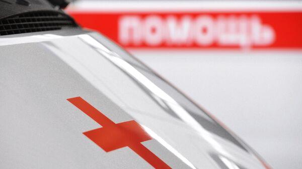 Красный крест на автомобиле скорой медицинской помощи