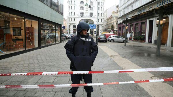 Сотрудник австрийской полиции возле ресторане Фиглмюллер в Вене, где произошла стрельба