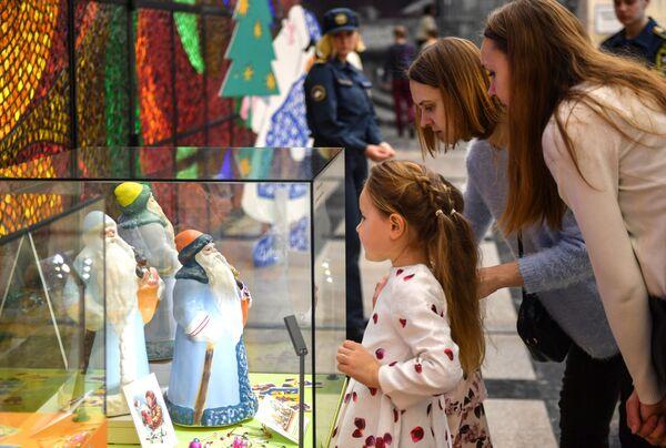 Посетители рассматривают экспонаты на выставке Старый добрый Новый год в музее Победы в Москве