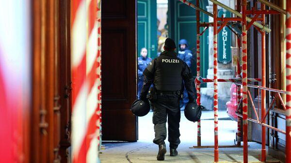 Сотрудники австрийской полиции возле ресторане Фиглмюллер в Вене, где произошла стрельба. 21 декабря 2018