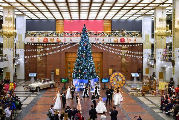 Посетители на выставке Старый добрый Новый год в музее Победы в Москве