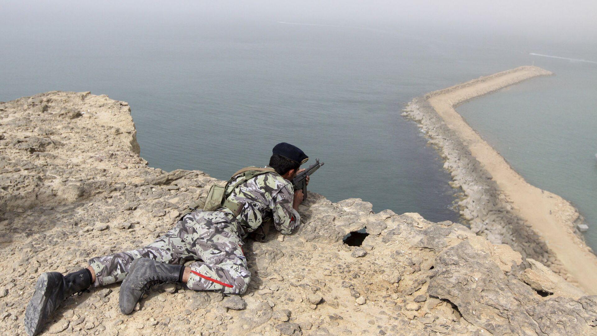 Военнослужащий армии Ирана во время учений в прибрежной зоне Ормузского пролива - РИА Новости, 1920, 25.04.2021