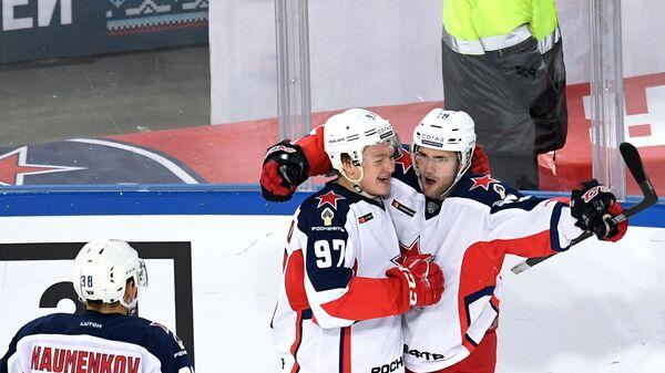 Хоккеисты ЦСКА Михаил Науменков, Кирилл Капризов и Линден Вей (слева направо) радуются заброшенной шайбе