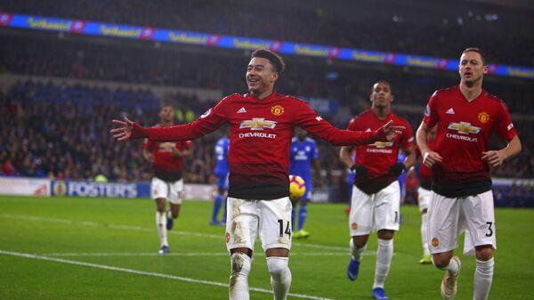 Футболисты Манчестер Юнайтед радуются забитому мячу в ворота Кардиффа