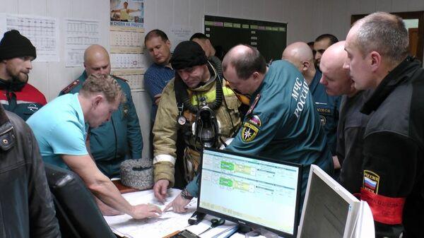 Сотрудники МЧС на ликвидации последствий возгорания на шахте в городе Соликамске