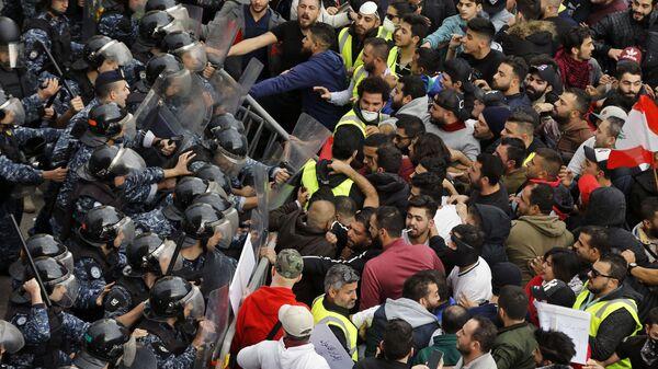 Демонстранты на митинге в центре Бейрута, Ливан. 23 декабря 2018