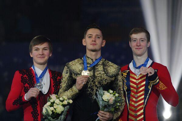 Михаил Коляда - серебряная медаль, Максим Ковтун - золотая медаль, Александр Самарин (слева направо)
