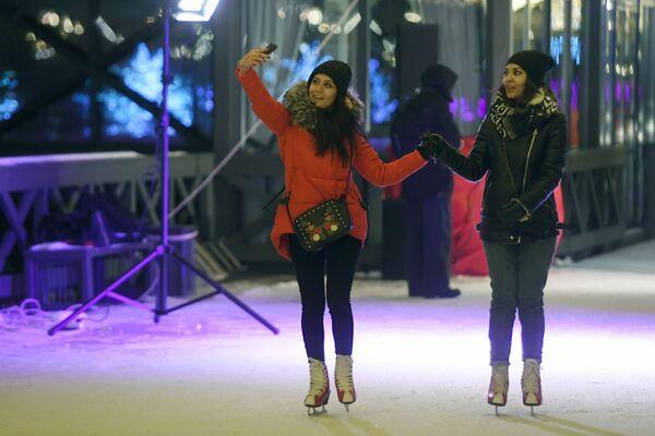 Отдыхающие на открытии катка на Кремлевской набережной в Казани