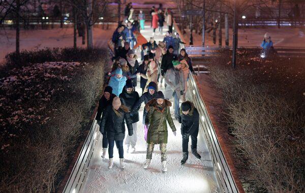 Отдыхающие на катке Фабрика счастливых людей в Центральном парке культуры и отдыха имени М. Горького в Москве