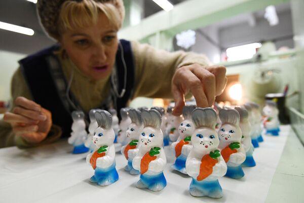 Раскрашивание игрушек из ПВХ-пластизоля на фабрике Бирюсинка в Красноярске