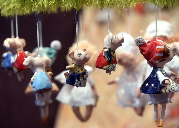 Елочные игрушки на рождественской ярмарке подарков в Центральном доме художников в Москве