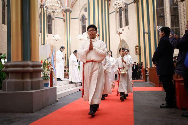 Рождественская месса в католической церкви в Пекине