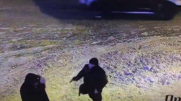 Стоп-кадр с камеры наружного наблюдения видео перестрелки на пересечении улиц Островского и Университетской в Казани. 25 декабря 2018