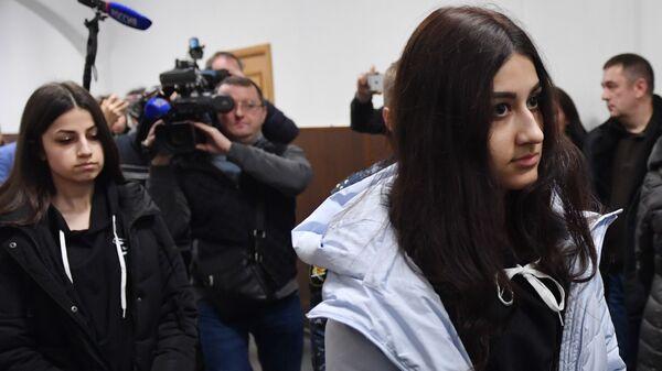 Крестина и Ангелина Хачатурян, обвиняемые в убийстве своего отца Михаила Хачатуряна