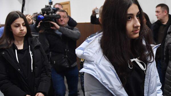 Кристина Хачатурян и Ангелина Хачатурян, обвиняемые в убийстве своего отца Михаила Хачатуряна, в Басманном суде Москвы