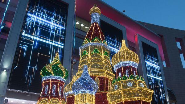 Новогодние декорации собора Василия Блаженного у торгово-развлекательного центра Европейский  на площади Киевского вокзала в Москве