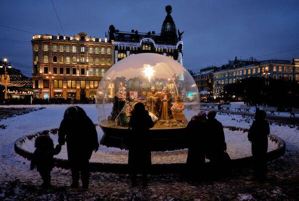Рождественский вертеп на площади у Казанского собора в Санкт-Петербурге